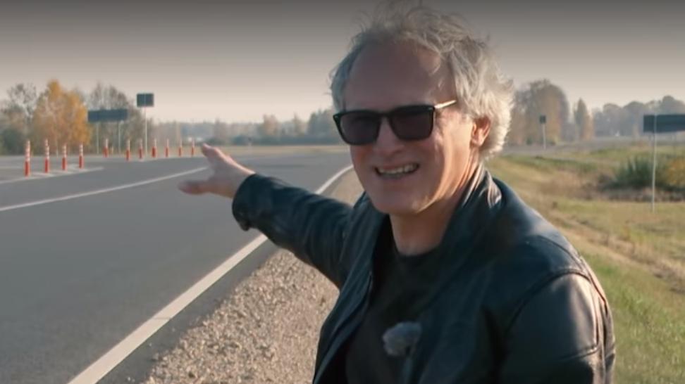 VIDEO: <strong>Pauls Timrots bargi vērtē jauno krustojumu pie Carnikavas:</strong> Šo projektu taisījuši bērnudārznieki!