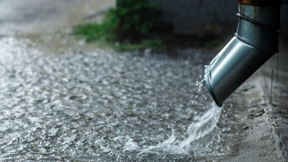 <strong>Rīgā pieaugs maksa</strong> par kanalizācijā novadīto lietus notekūdeņu daudzumu