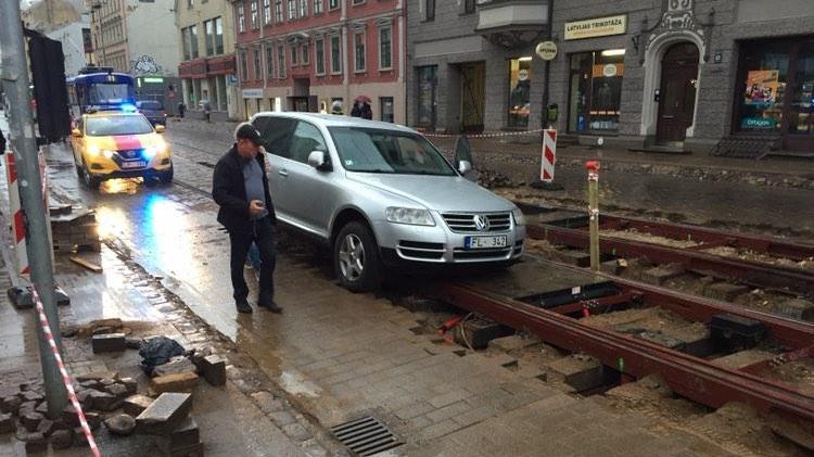 Krišjāņa Barona ielas slazds: <strong>Sliežu bedrē turpina krist automašīnas</strong>