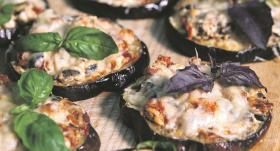 Baklažāni ar <strong>saulē kaltētiem tomātiem un melnajām olīvām</strong>