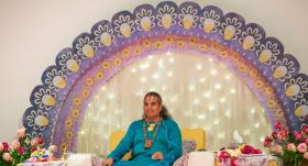 <strong>Simtiem cilvēku Rīgā</strong> stāv rindā pēc svētības pie indiešu guru