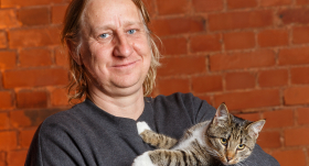 <strong>Šefpavāra kaķis ar putna vārdu — </strong> Ērika Dreibanta Pūce
