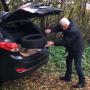 VIDEO: <strong>Vīrietis Berģos tiek pieķerts</strong> izmetot krūmos nolietotas riepas