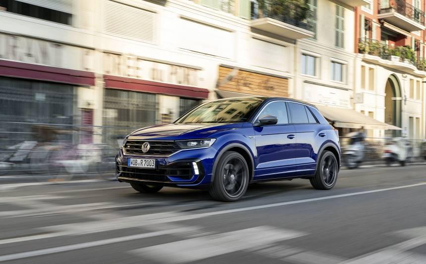<strong>Latvijā ieradies karstais <em>Volkswagen T-Roc R</em> krosovers,</strong> kas 100 km/h sasniedz 4,8 sekundēs