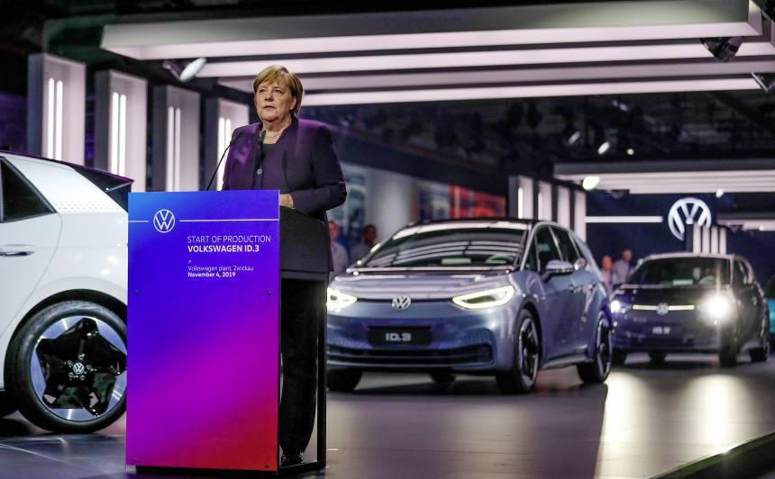 Merkele: Vācijā 2030.gadā jābūt <strong>miljonam elektroautomobiļu uzlādes vietu</strong>