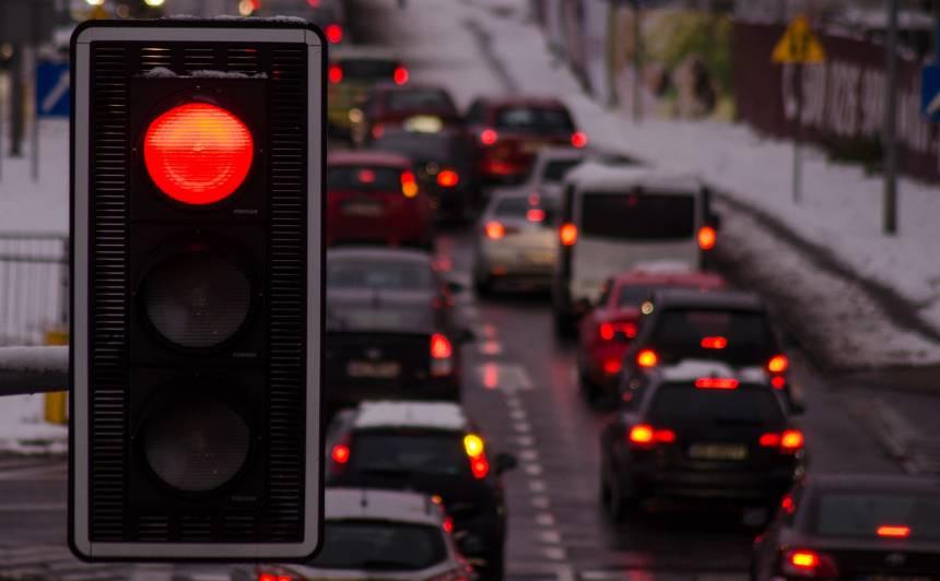 Rīgas krustojumos varētu uzstādīt <strong>ar fotoradariem nesaistītas iekārtas, kas kontrolēs sarkanās gaismas pārkāpējus</strong>