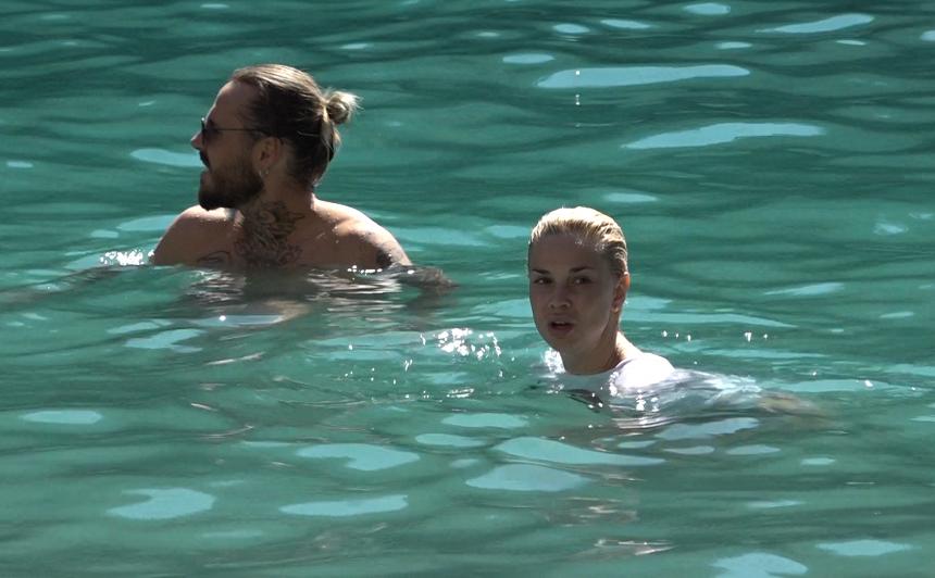 FOTO: <strong>Samanta Tīna un Kašers dodas ceļojumā</strong> — pelna naudu uz ielas un peldas bez peldkostīmiem!