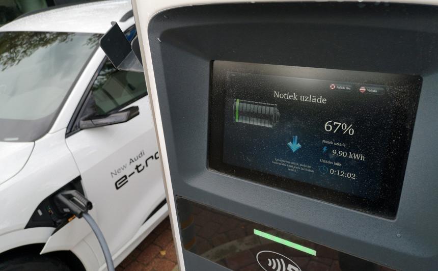 Medijs: Nākamgad Lietuvā būs aptuveni <strong>500 elektromobiļu uzlādes vietas</strong>