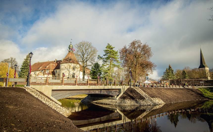FOTO: Atklāts Latvijā vienīgais <strong>kokbetona konstrukcijas tilts</strong>