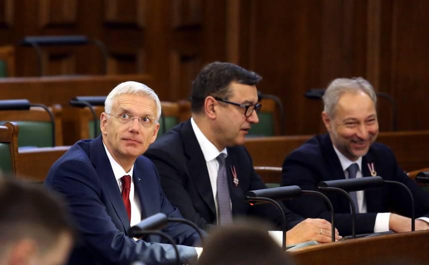 Ministru prezidents Krišjānis Kariņš (no kreisās), finanšu ministrs Jānis Reirs un Ministru prezidenta biedrs, tieslietu ministrs Jānis Bordāns piedalās Saeimas ārkārtas sēdē, kurā otrajā lasījumā izskata gadskārtējo valsts budžetu un ar to saistīto likumprojektu.