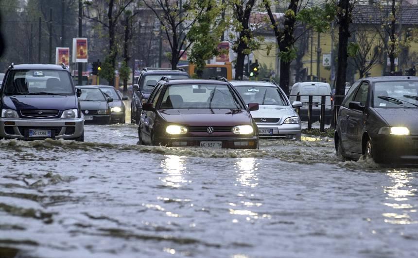 Spēcīga lietus laikā Itālijā sabrucis viadukts, <strong>evakuēti simtiem cilvēku</strong>