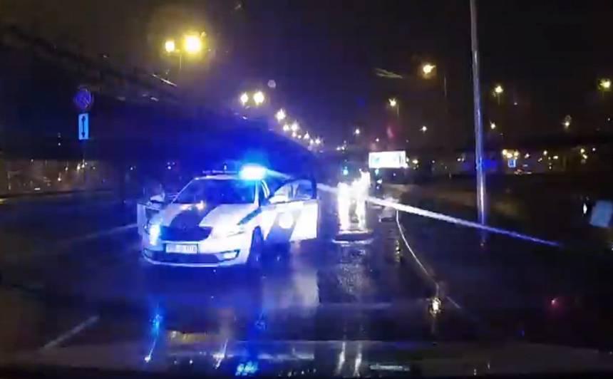 VIDEO: <strong>Spraiga pakaļdzīšanās Rīgā</strong> — auto ielido laternās, kas uzgāžas uz policijas auto