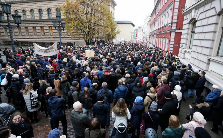 <strong>Prāvs pulks mediķu skaļi protestē pie parlamenta;</strong> reaģē arī sociālie tīkli