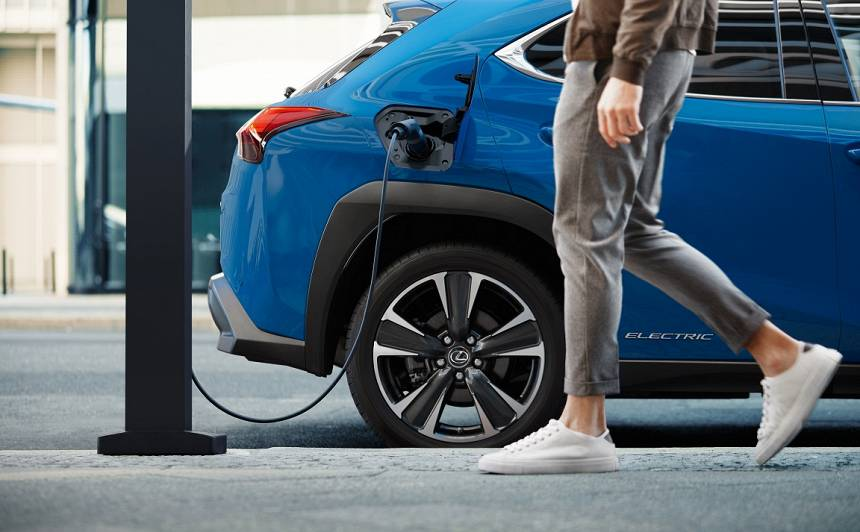 <strong><em>Lexus</em> pirmais elektroauto</strong> — <em>UX 300e</em>