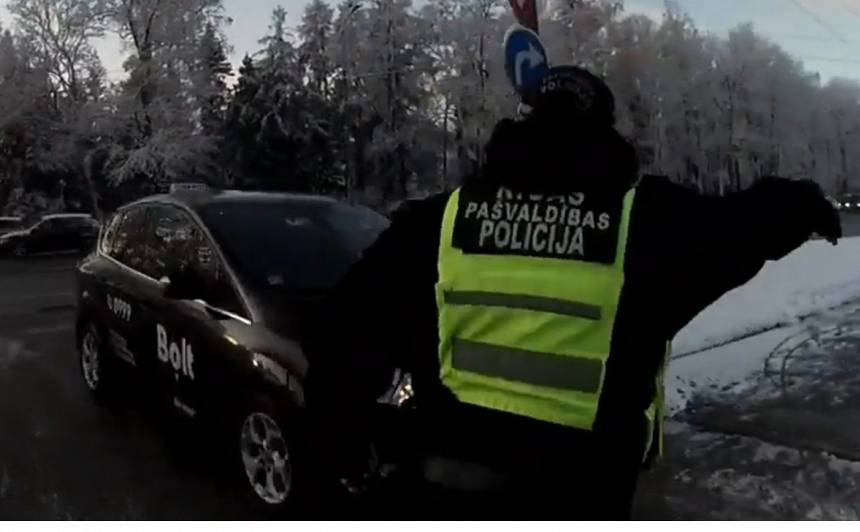 VIDEO: Visatļautība pie 41. vidusskolas — <strong>taksometrs uztriecas policistam, kas viņu mēģina apturēt</strong>