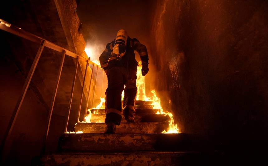 Vakar <strong>ugunsgrēkā Jelgavā cietis cilvēks</strong>