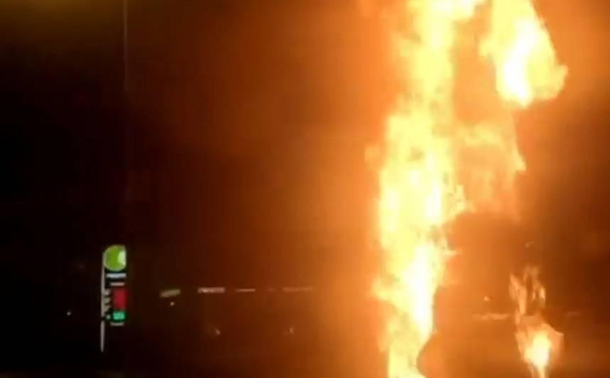 VIDEO: Juglā ļaundari <strong>nodedzina fotoradaru</strong>