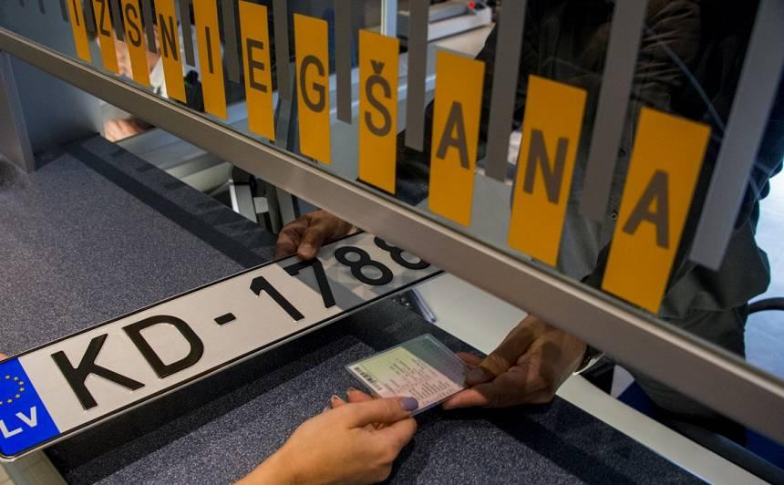 <strong>Nelegālais imigrants CSDD mēģina reģistrēt auto,</strong> darbinieki viņu pieķer