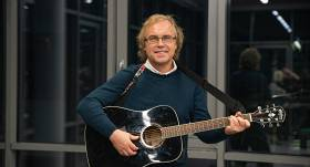 Guntara Rača brālis Andris sācis muzicēt: <strong>Starp astroloģiju un mūziku saredzu milzīgu sakarību</strong>