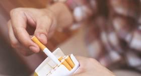 <em>Aizliegtais paņēmiens</em>: Kontrabandas cigaretes Centrāltirgū pārdod <strong>vismaz desmit nelegālos tirdzniecības punktos</strong>