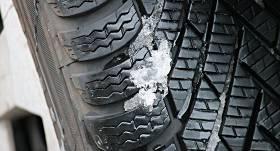 No svētdienas automašīnām <strong>jābūt obligāti aprīkotām ar ziemas riepām</strong>