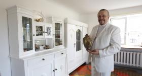 FOTO: <strong>Aktieris Andris Bērziņš kāzu jubileju nosvin ar jaunu dzīvokļa interjeru</strong> — Tik balts kā tīra mīlestība