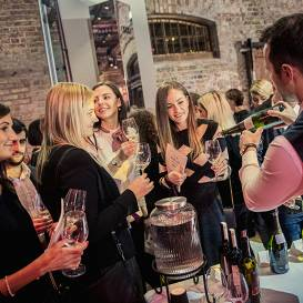 FOTO: <strong>Priecīgu cilvēku pasākums –</strong> Latvijas TOP100 vīnu parāde