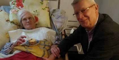 Viens no pēdējiem mākslinieces foto, kas uzņemts 6. novembrī, kad pie Džemmas Skulmes viesojās eksprezidents Valdis Zatlers.