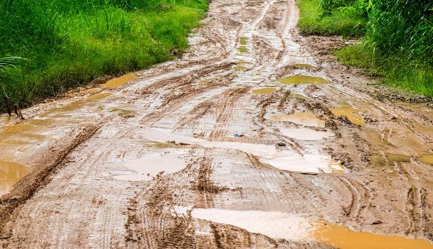 Ilgstošu lietavu dēļ Latvijā <strong>applūduši vairāki autoceļi</strong>