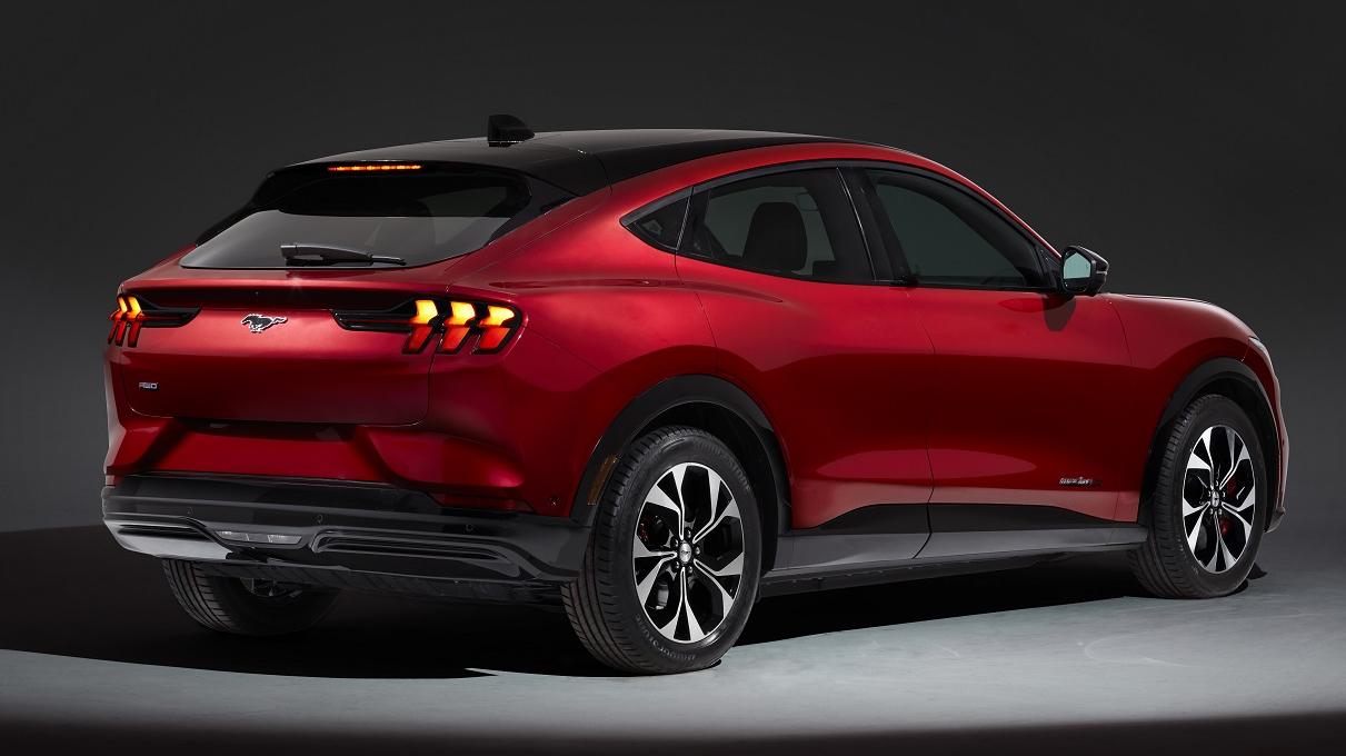 <strong>Leģendāro <em>Mustang</em> vārdu mantojis jauns elektriskais krosovers</strong> — <em>Ford Mustang Mach-E</em>