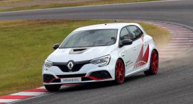 VIDEO: <strong><em>Renault Megane RS Trophy-R</em></strong> uzstāda rekordu Sudzukas trasē