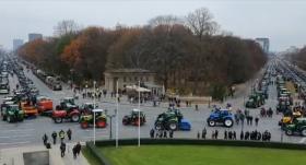 VIDEO: Lauksaimnieki ar <strong>5000 traktoriem paralizē satiksmi Berlīnes centrā</strong>