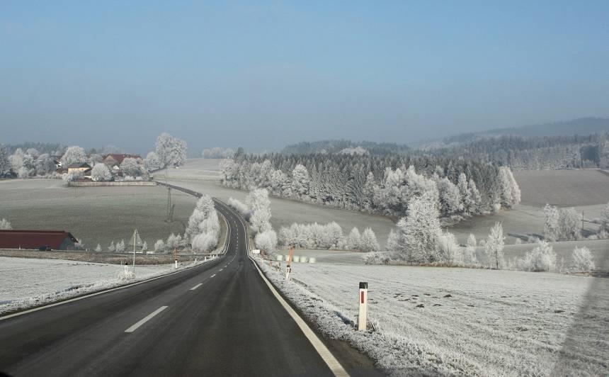 <strong>Šorīt apledojums uz autoceļiem apgrūtina braukšanu</strong> vietām Kurzemē, Vidzemē un Zemgalē