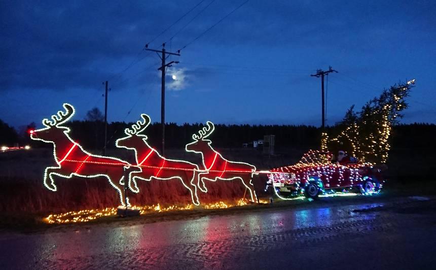 <strong>Kolosāla Ziemassvētku ekspozīcija uz Liepājas šosejas</strong> — briedis Rūdolfs velk<em> Moskvich</em> kamanas!