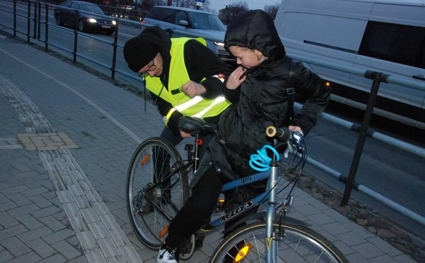 FOTO: <strong>Liepājā velosipēdistiem dāvina lukturīšus,</strong> apzinīgākie tiek pie kafijas