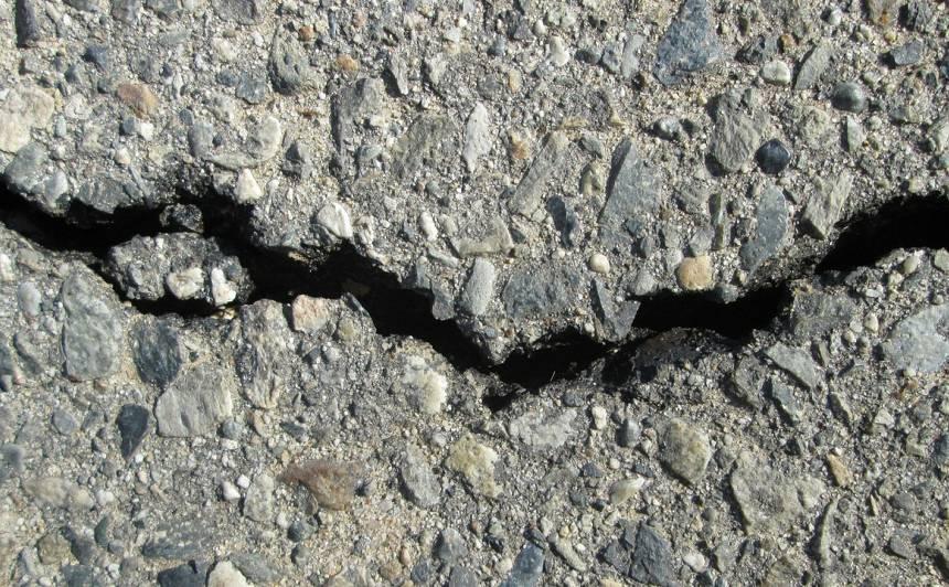 LVC <strong>nepieņem nekvalitatīvi veiktus garantijas remontdarbus</strong> ceļa posmā starp Nīcu un Rucavu