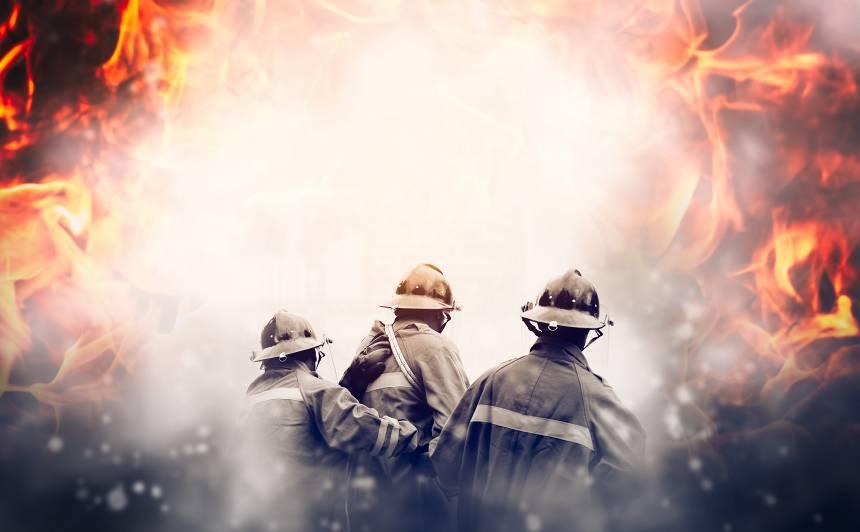 Pirmajos Ziemassvētkos ugunsgrēkā daudzstāvu ēkā Rīgā <strong>cietuši divi cilvēki</strong>