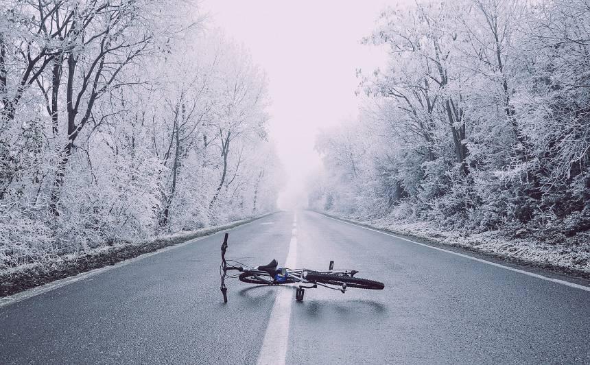 <strong>Melnā pirmdiena uz Latvijas ceļiem</strong> — bojā gājuši 5 cilvēki, cietuši 25