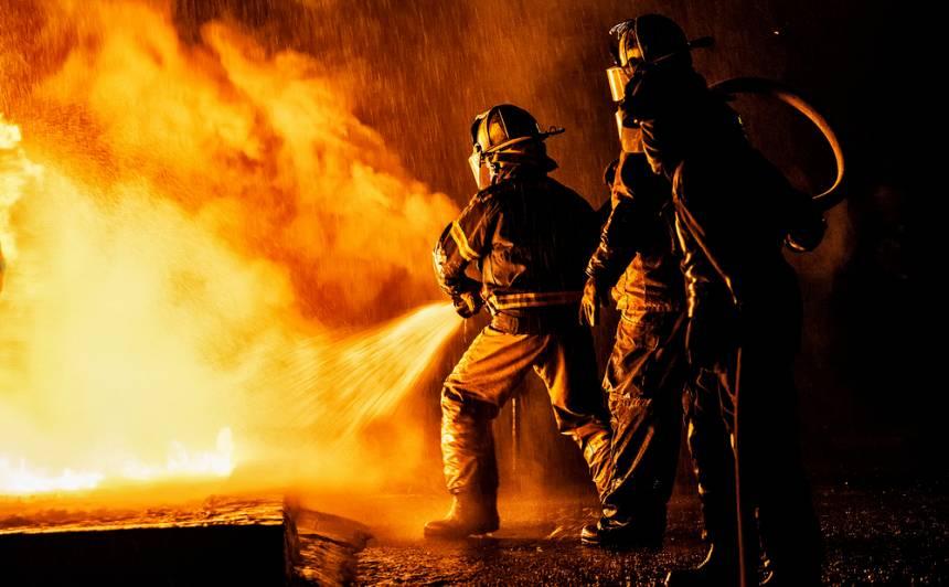 Arī gada pēdējās brīvdienas <strong>neiztika bez traģiskiem ugunsgrēkiem</strong>