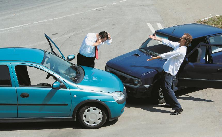<strong>Pieķerti krāpnieki no Krievijas,</strong> kas ar dārgiem auto inscenējuši avārijas