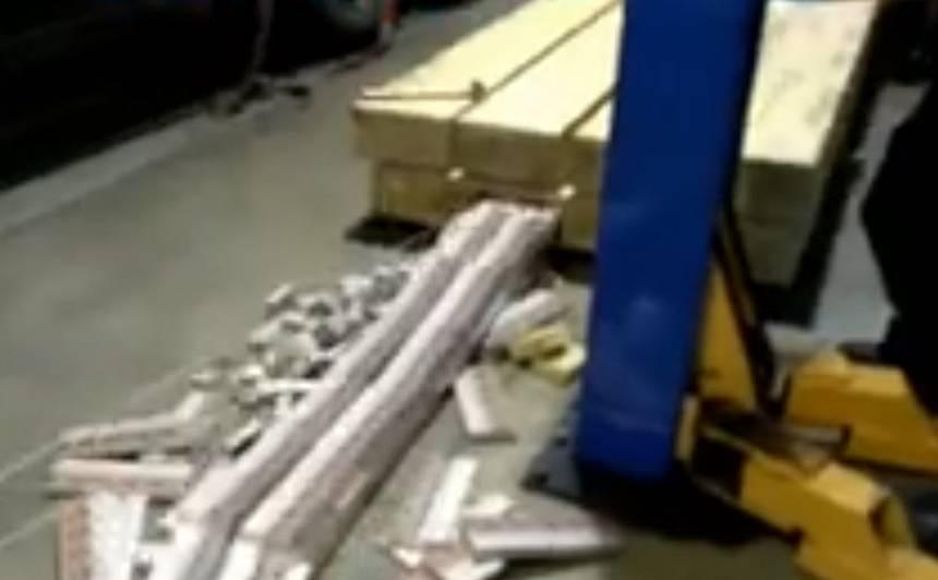 VIDEO: Kravas automašīnā atklāj vērienīgu kontrabandu — <strong>koka brusās slēpj vairāk nekā 9 miljonus cigarešu</strong>