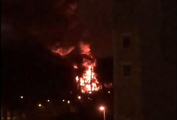 VIDEO: <strong>Andrejostā izcēlies pamatīgs ugunsgrēks</strong> — notikuma vietā strādā 41 ugunsdzēsējs