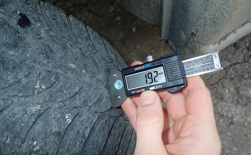 Automašīnām ar neatbilstošām riepām <strong>anulēs tehnisko apskati</strong> un atņems numura zīmes