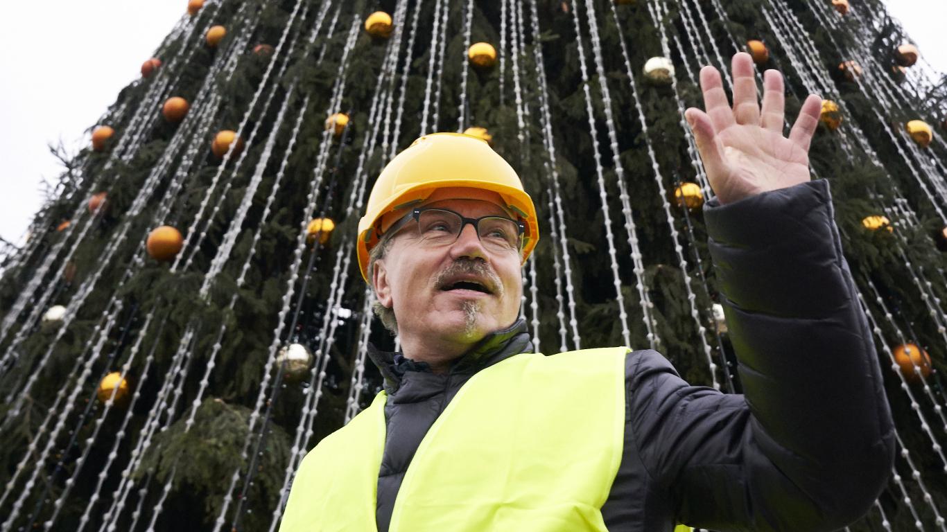 FOTO: Ķirsons būvē <strong>greznāko Ziemassvētku egli Eiropā</strong>