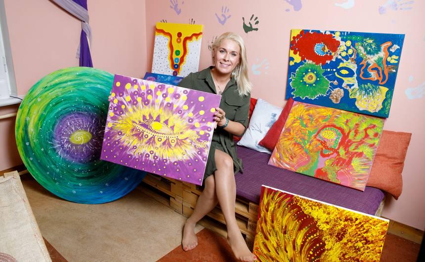 Miljonu vērti izjūtu krāsojumi — <strong>Lienes Šomases gleznām pircēju netrūkstot</strong>