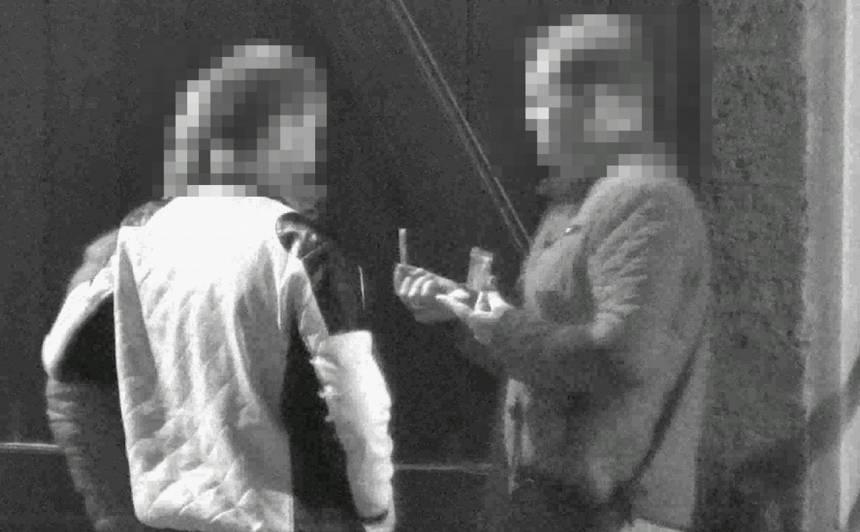 VIDEO: <strong>Aizdomās par kokaīna lietošanu</strong> Vecrīgā aizturēti divi vīrieši