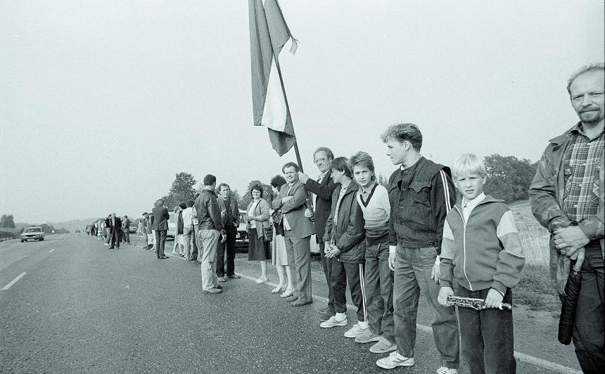 <strong>Lietuva nosauks autoceļus par godu Baltijas ceļam,</strong> mudinās tā darīt arī Latviju un Igauniju