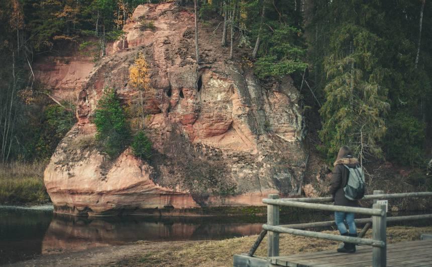 <strong>Apmeklētājiem uz laiku slēgta Zvārtes ieža taka</strong> Gaujas Nacionālajā parkā