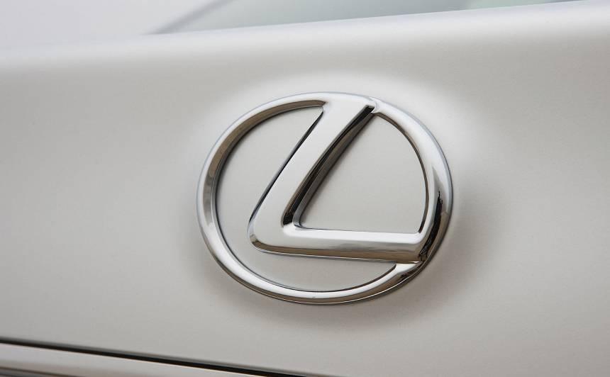 Latvijā par saistību ar automašīnas <strong><em>Lexus</em> zādzību Igaunijā</strong> aizturēti trīs vīrieši