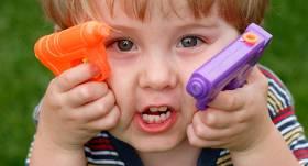 Kāpēc bērniem <strong>tik ļoti patīk šaudīties</strong>?